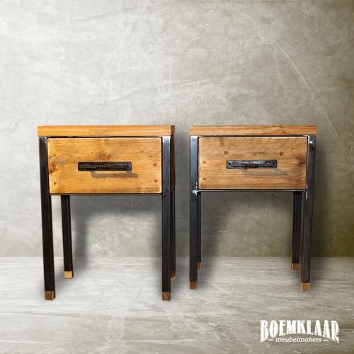 Robuuste nachtkastjes van staal en steigerhout, met een lade en handgesmede grepen, gemaakt door Boemklaar Meubelmakers