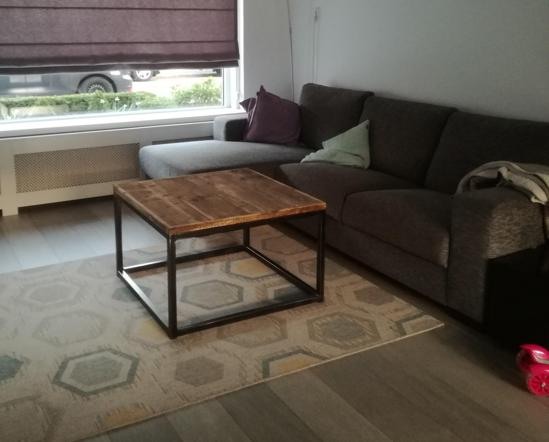 Stoere salontafel van staal en steigerhout in de woonkamer op een kleed, gemaakt door Boemklaar Meubelmakers