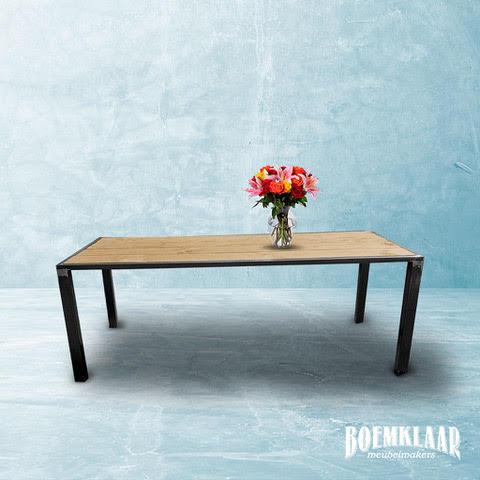Buitentafel van steigerhout in een stalen frame, gemaakt door Boemklaar Meubelmakers