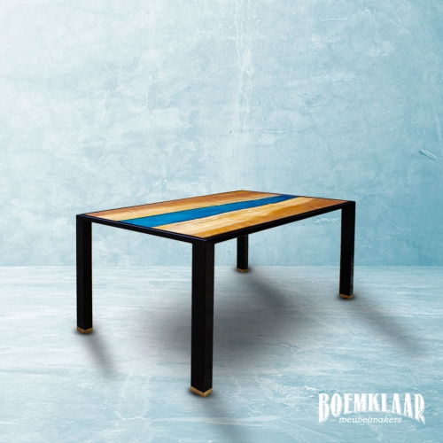Blauwe epoxy rivier in een mahonie tafel, gemaakt door Boemklaar Meubelmakers