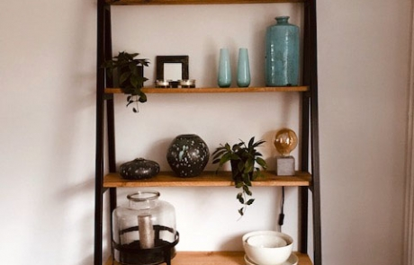Boekenkast van eikenhout en staal, schuine staanders, gemaakt door Boemklaar Meubelmakers