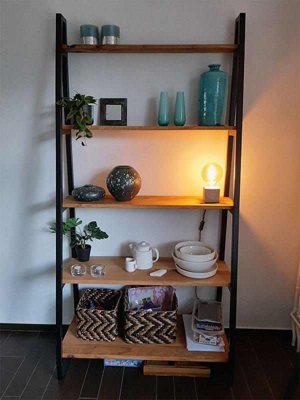 boekenkast van staal en hout gemaakt door Boemklaar Meubelmakers