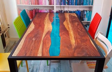 gerecycled teakhouten tafel met blauwe epoxy rivier gemaakt door Boemklaar Meubelmakers