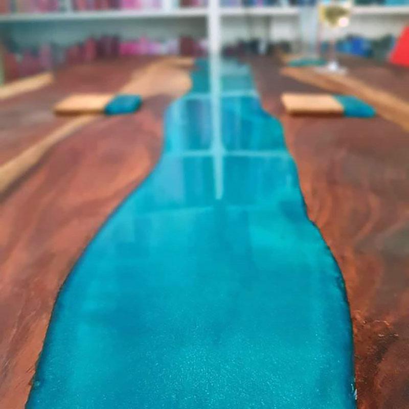 teakhouten tafel met blauwe epoxy rivier gemaakt door Boemklaar Meubelmakers