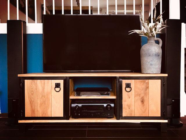 industrieel tv meubel van staal en eiken gemaakt door Boemklaar Meubelmakers