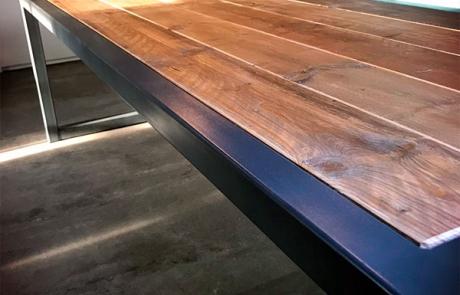 close-up van tafel met steigerhout en stalen frame gemaakt door Boemklaar Meubelmakers